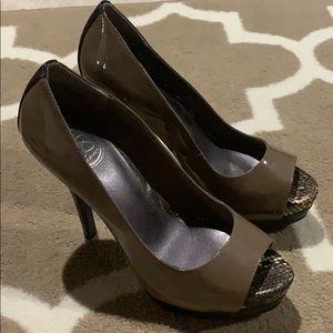 Jessica Simpson Taupe/Black Heels Size 7.5